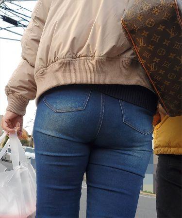 長身のハイヒールお姉さんが、デカいデニム尻をフリフリさせながら彼氏とお買い物中