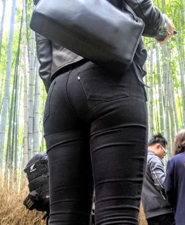 下から覗き込むように撮影、丸みが女性らしい黒のムチムチデニム尻