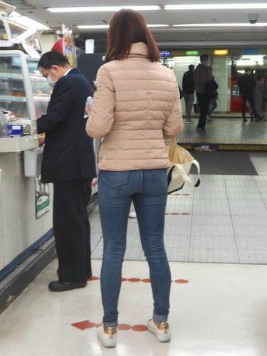 【ジーンズ女子】モデル並みのスタイルのいいパツパツムチムチのエロいデニムの小尻